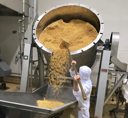 /data/fund/3924/内山味噌 豆を蒸している写真.jpg