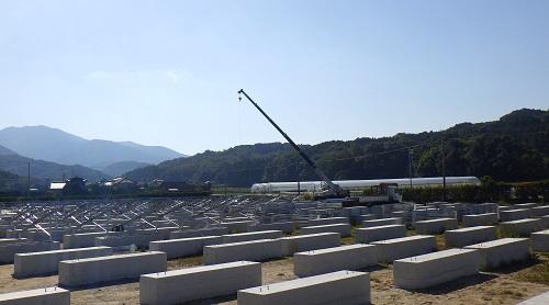 /data/fund/4135/太陽光発電所建設 架台基礎工事.JPG