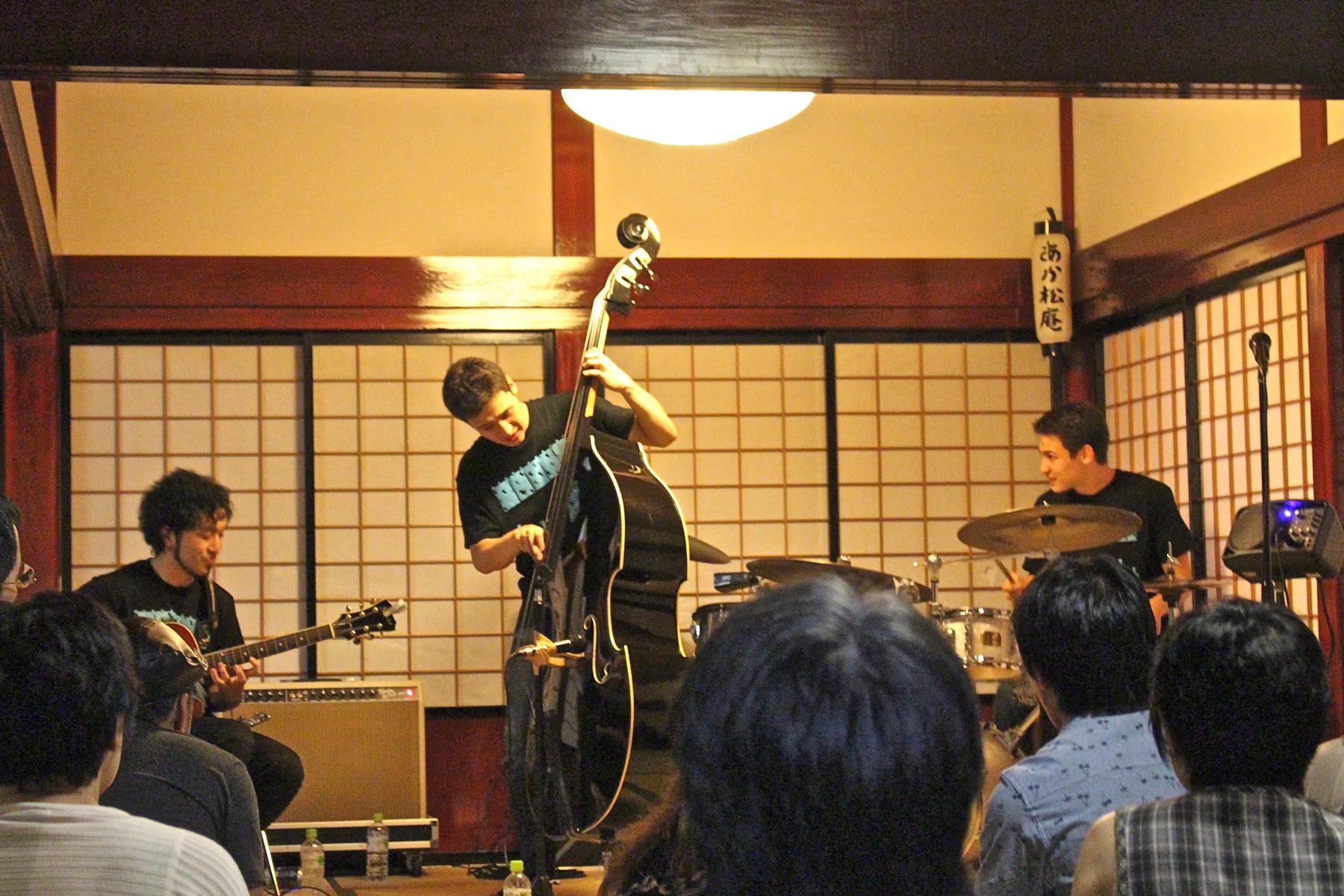 /data/project/67/奥羽山荘の演奏.jpg